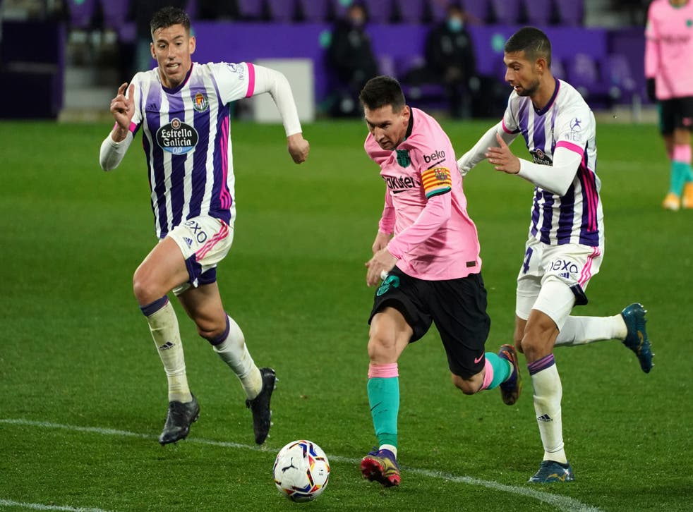 <p>El argentino deja atrás a Rubén Alcaraz del Valladolid, durante un duelo de La Liga.&nbsp;</p>