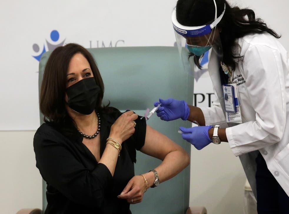 <p>La enfermera Patricia Cummings administró una inyección de la vacuna Moderna en el brazo izquierdo de la vicepresidenta entrante.</p>