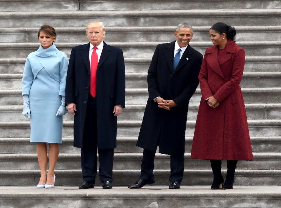 La primera dama Melania Trump, el presidente Donald Trump, el ex presidente Barack Obama y Michelle Obama se paran en los escalones del frente este del Capitolio de los Estados Unidos después de las ceremonias de inauguración el 20 de enero de 2017.