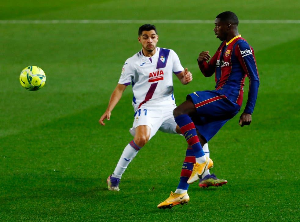 <p>Rafa Soares se disputa el balón con el atacante de Barcelona Ousmane Dembélé.</p>