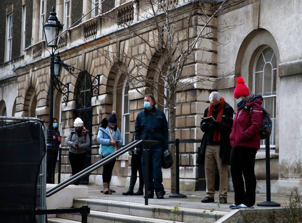 <p>Personas en la fila para aplicarse vacuna contra coronavirus</p>