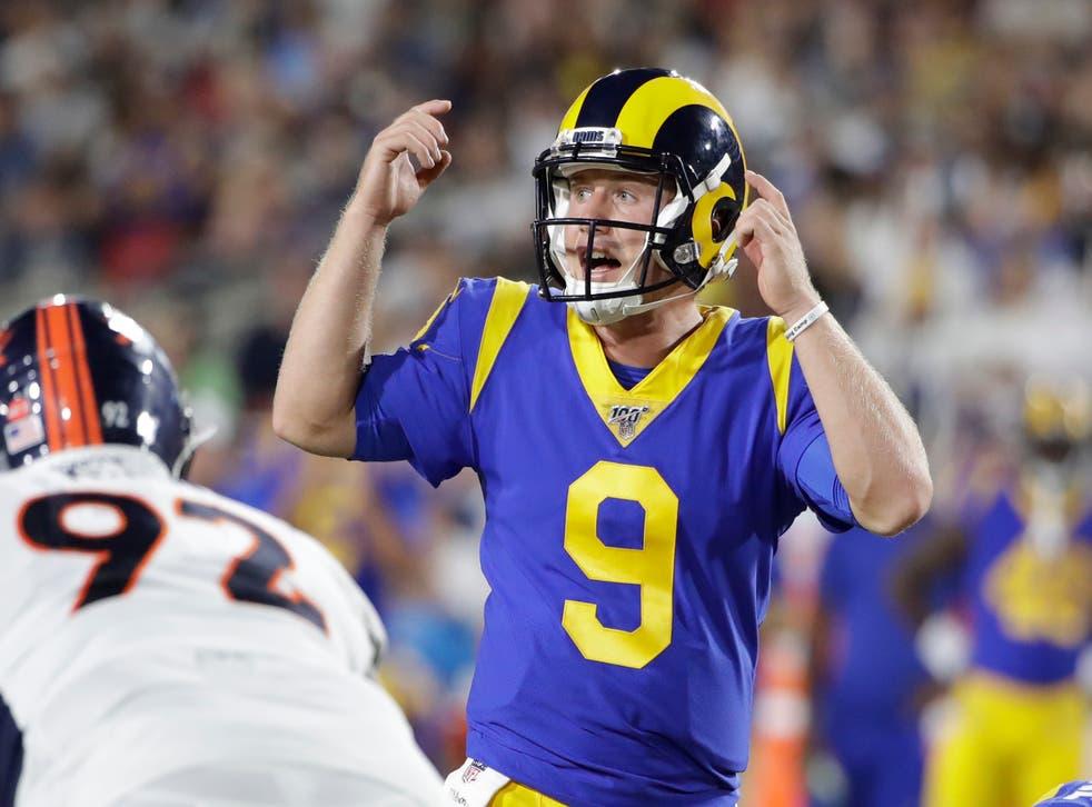 <p>John Wolford, quarterback de los Rams de Los Ángeles, da indicaciones durante un partido de pretemporada ante los Broncos de Denver.</p>