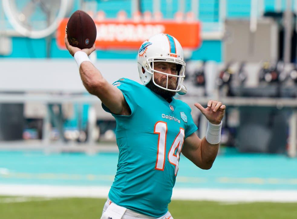 <p>El quarterback Ryan Fitzpatrick, de los Dolphins de Miami, calienta antes de un partido de NFL ante los Bengals de Cincinnati, el domingo 6 de diciembre de 2020, en Miami Gardens, Florida.&nbsp;</p>