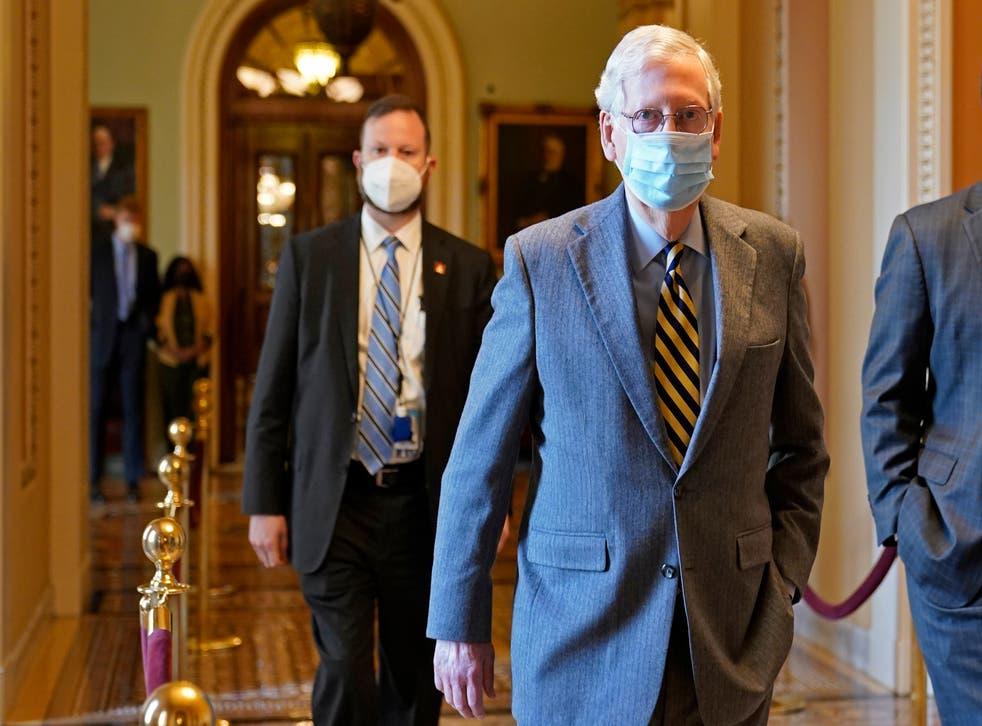 <p>El líder de la mayoría del Senado, el republicano Mitch McConnell, se dirige a su oficina en el Capitolio en Washington, el miércoles 30 de diciembre de 2020.&nbsp;</p>