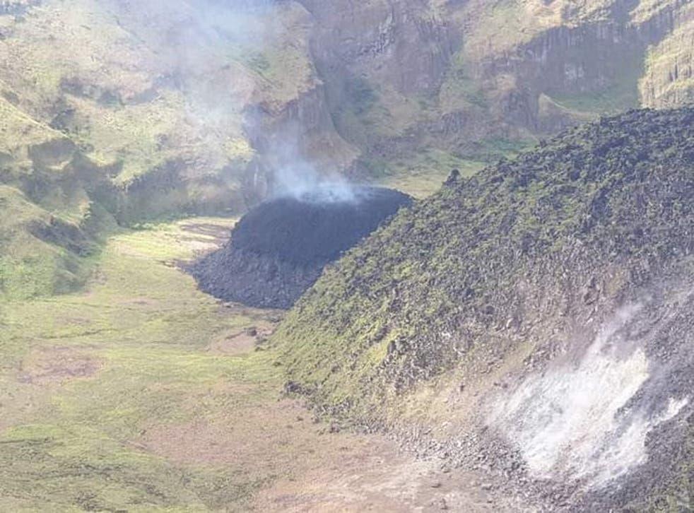 <p>La Soufriere comenzó a arrojar cenizas junto con gas y vapor.</p>