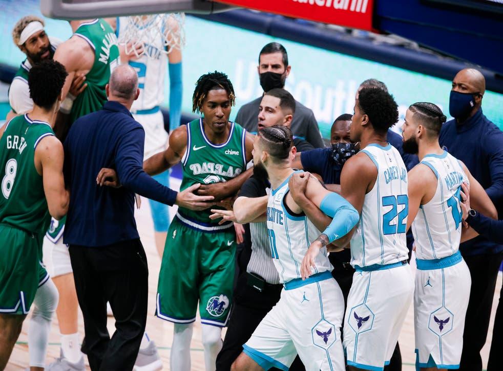 <p>Entrenadores y árbitros separan a jugadores de los Mavericks de Dallas y los Hornets de Charlotte durante una riña en la segunda mitad del encuentro de NBA del miércoles 30 de diciembre de 2020, en Dallas.&nbsp;</p>