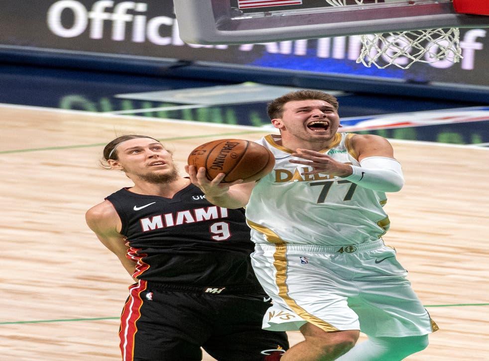 <p>El base de los Mavericks de Dallas Luka Doncic lanza frente al alero del Heat de Miami Kelly Olynyk en el encuentro del viernes 1 de enero del 2021.&nbsp;</p>