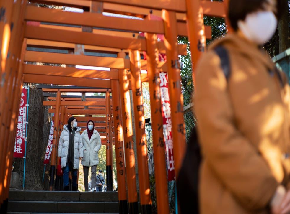 <p>Unas personas visitan santuarios en Tokio, el 1 de enero de 2021.&nbsp;</p>
