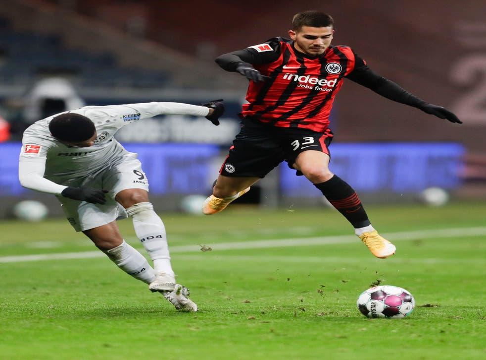 <p>El jugador de Frankfurt Andre Silva, derecha, avanza con el balón ante la defensa de Leon Bailey, de Bayer Leverkusen, en un partido de la Bundesliga el sábado, 2 de enero del 2021. &nbsp;</p>