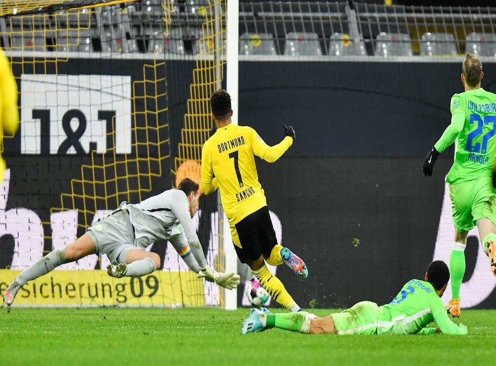 <p>Jadon Sancho anota el segundo gol del Borussia Dortmund en un juego por la Bundesliga ante Wolfsburgo.</p>