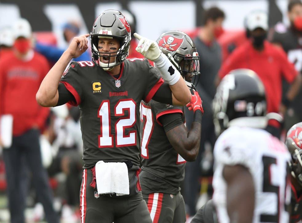 <p>Tom Brady, quarterback de los Buccaneers de Tampa Bay, da indicaciones en el duelo ante los Falcons de Atlanta, el domingo 3 de enero de 2021&nbsp;</p>