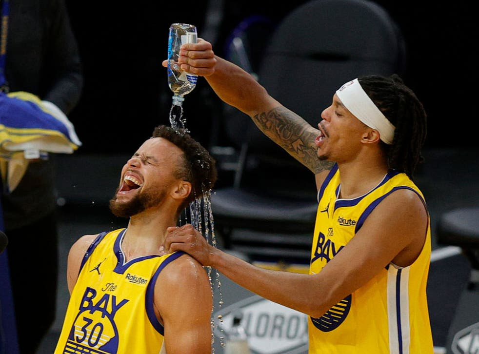 <p>Stephen Curry celebrates with Damion Lee</p>