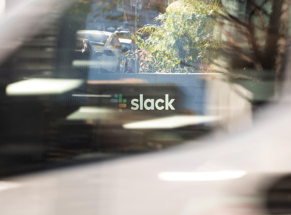 El logotipo de Slack se ve a través de la ventana de un vehículo que pasa frente a su sede el 1 de diciembre de 2020 en San Francisco, California.