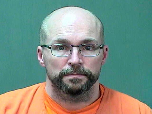 <p>Steven Brandenburg bajo la custodia de las autoridades el 4 de enero de 2021</p>