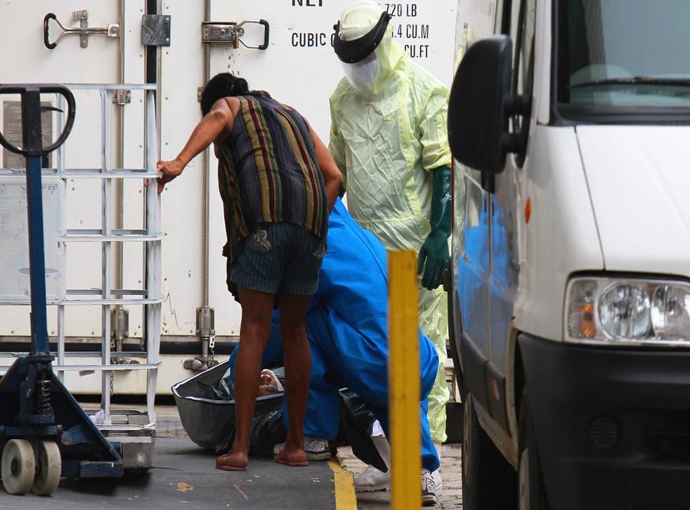 <p>Una indígena satere mawe contempla el cuerpo de su esposo que murió de COVID-19 en momentos que retiran sus restos de un contenedor utilizado como morgue improvisada fuera del hospital Joao Lucio en Manaus, estado de Amazonas, Brasil.&nbsp;</p>