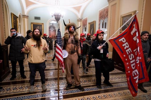 Jake Angeli: Lo que sabemos sobre el 'Q-Shaman', fanático pro-Trump que  lideró el asalto al Capitolio   Independent Español