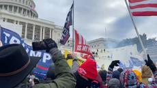 Más de una docena de alborotadores afirman que Trump los instruyó a atacar el Capitolio