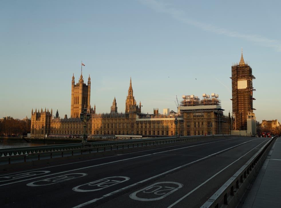 <p>ARCHIVO - En esta imagen del martes 24 de marzo de 2020, el Puente de Westminster se ve casi vacío junto al Parlamento y la Torre de Isabel, conocida como Big Ben, cubiertos de andamios en el primer día de la primera cuarentena de Gran Bretaña contra los contagios de coronavirus, en Londres.&nbsp;</p>