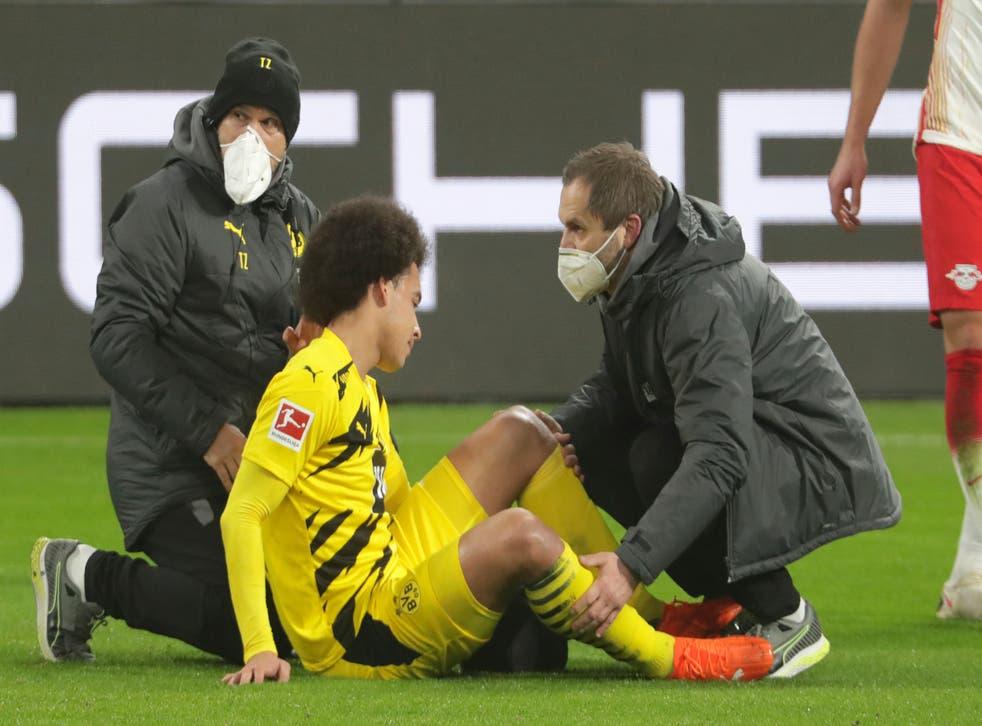 <p>El jugador del Borussia Dortmund, Axel Witsel, recibe atención médica durante el partido de la Bundesliga contra el RB Leipzig, el sábado 9 de enero de 2021, en Leipzig, Alemania.&nbsp;</p>
