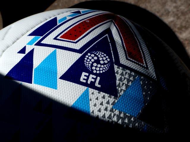 <p>El logotipo de EFL en el balón del partido durante el partido del campeonato Sky Bet entre West Bromwich Albion y Birmingham City en The Hawthorns el 20 de junio de 2020 en West Bromwich, Inglaterra. </p>