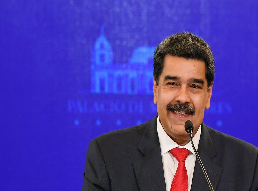 <p>ARCHIVO - En esta foto de archivo del 8 de diciembre de 2020, el presidente de Venezuela, Nicolás Maduro, sonríe durante una conferencia de prensa en el palacio presidencial de Miraflores en Caracas, Venezuela, el martes 8 de diciembre de 2020. Maduro ha enfrentado cargos de presunto narcoterrorismo, corrupción y narcotráfico por tribunales federales de EEUU desde marzo de 2020.&nbsp;</p>