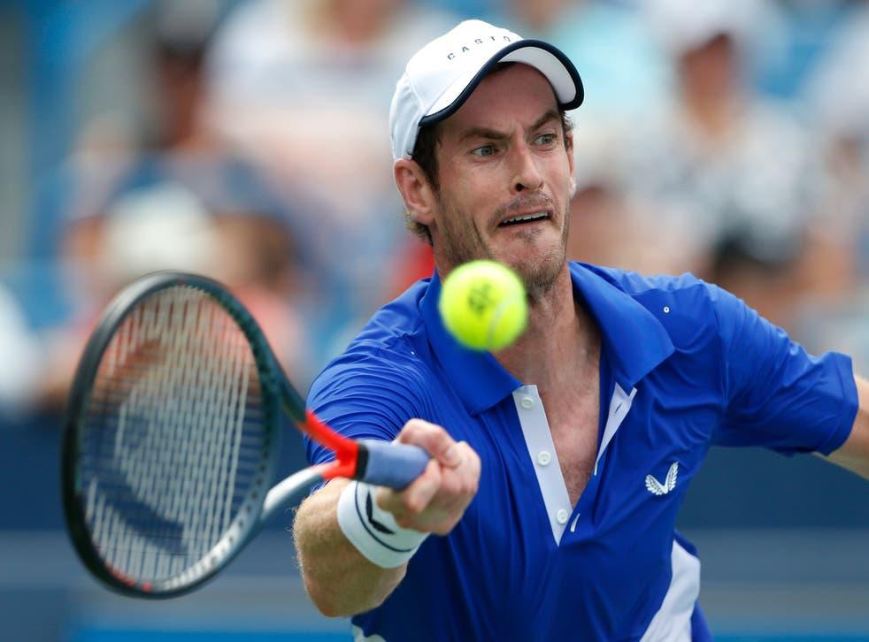 <p>En esta imagen de archivo, tomada el 12 de agosto de 2019, el tenista británico Andy Murray devuelve una pelota al francés Richard Gasquet en la primera ronda del Abierto Western &amp; Southern, en Mason, Ohio.&nbsp;</p>