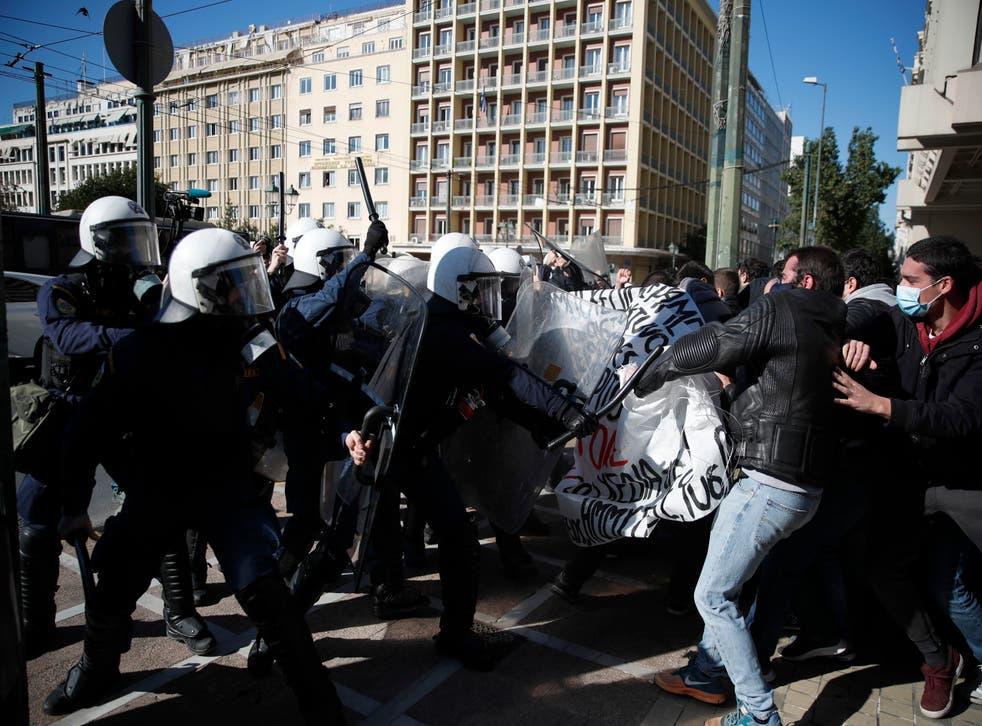 <p>El gobierno de Grecia eliminó una regla que durante décadas prohibió la entrada de la policía a los terrenos de las universidades</p>