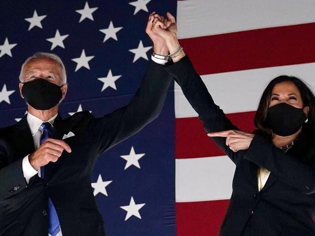 <p>El exvicepresidente y candidato presidencial demócrata Joe Biden (izq.) Y el senador de California y la candidata demócrata a la vicepresidencia Kamala Harris saludan a los partidarios fuera del Chase Center en Wilmington, Delaware, al concluir la Convención Nacional Demócrata, celebrada virtualmente en medio de la nueva pandemia de coronavirus, el 20 de agosto de 2020.</p>