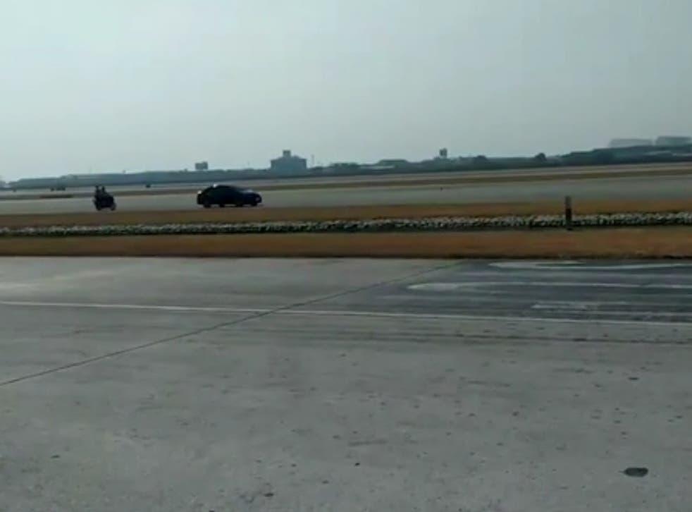 """<p>El director del aeropuerto dijo que cuando fue alertado de la presencia de un intruso, envió personal que """"inmediatamente interceptó y detuvo al conductor para ser investigado y procesado"""".</p>"""