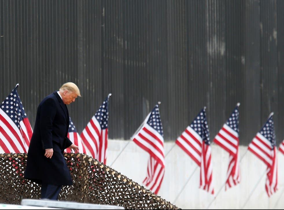 El presidente Donald Trump baja los escalones antes de un discurso cerca de una sección del muro fronterizo entre Estados Unidos y México