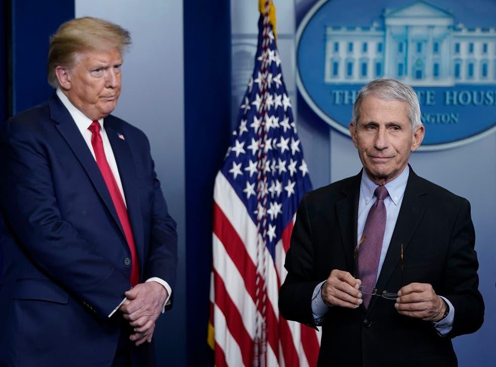 El Dr. Fauci (R), director del Instituto Nacional de Alergias y Enfermedades Infecciosas, y el presidente Trump participan en la sesión informativa diaria del grupo de trabajo sobre el coronavirus en la Casa Blanca