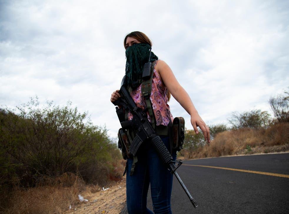 <p>Una mujer armada vigila las afueras de El Terrero, en el estado de Michoacán, México, el jueves 14 de enero de 2021.&nbsp;</p>