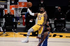 Warriors remontan 14 en el 4to y derrotan a Lakers 115-113