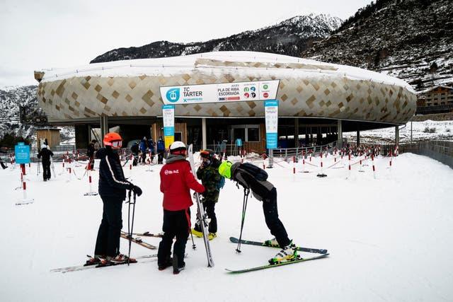 Esquiadores en la estación de esquí y montaña de Grandvalira, Andorra