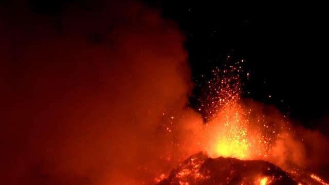 <p>Las explosiones del Monte Etna, el volcán activo más grande de Europa, lanzaron rocas de lava por los aires el lunes y dejaron corrientes anaranjadas que rezumaban por las laderas.</p>