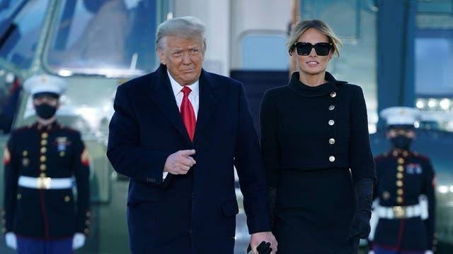 El presidente saliente de los Estados Unidos, Donald Trump, y la primera dama Melania Trump descienden del Marine One en la base conjunta Andrews en Maryland