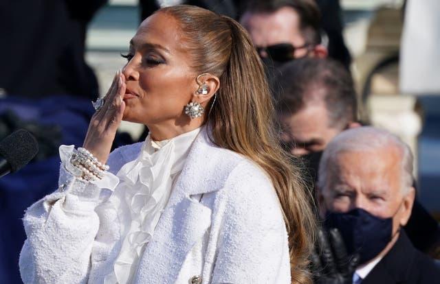 Jennifer Lopez hace gestos durante la inauguración
