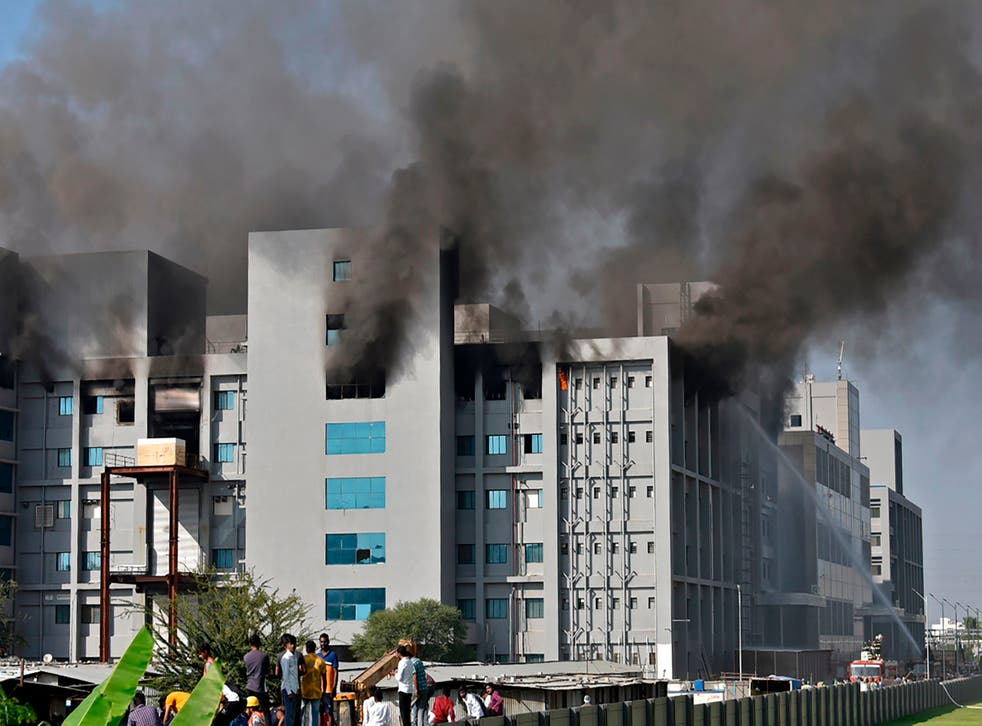 <p>Firefighters try to control a fire that broke out at India's Serum Institute in Pune&nbsp;</p>