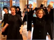 "El elenco de The Crown se filmó bailando ""Good as Hell"" de Lizzo, durante la escena del funeral"