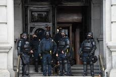 Arrestan a un hombre de 71 años fuertemente armado afuera del Capitolio