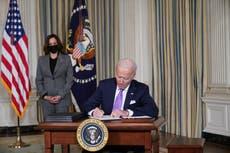 """Biden cita el asesinato de George Floyd como un """"punto de inflexión"""" mientras firma órdenes ejecutivas para abordar la equidad racial"""