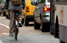 España: planean prohibir a conductores adelantar ciclistas sin frenar