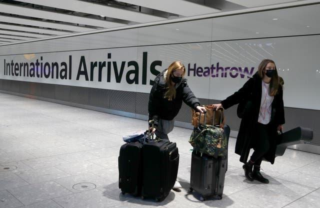 <p>ARCHIVO - En esta fotografía de archivo del 17 de enero de 2021, los viajeros llegan al aeropuerto de Heathrow en Londres. Gran Bretaña es el quinto país del mundo en registrar 100.000 muertes relacionadas con el virus, después de Estados Unidos, Brasil, India y México, y con mucho el más pequeño. Estados Unidos ha registrado más de 400.000 muertes por COVID-19, el total más alto del mundo, pero su población de aproximadamente 330 millones es aproximadamente cinco veces mayor que la de Gran Bretaña. </p>