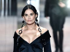 Demi Moore sorprende en pasarela de Fendi dentro de la Semana de la Moda de París