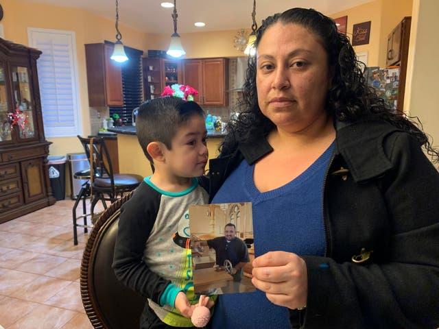 <p>Nancy Espinoza, de 37 años, sentada con su hijo de 3 años en su casa en Corona, California, el jueves 28 de enero de 2021, mientras sostiene una foto de su esposo Antonio Espinoza, quien murió de COVID-19 tres días. más temprano. Espinoza dijo que nunca imaginó que el virus le quitaría la vida a su esposo de 36 años, quien administraba un programa de enfermería de cuidados paliativos.&nbsp;</p>