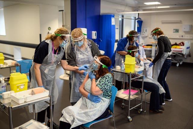 <p>Los voluntarios son asistidos por el profesor Dr. Jacquie White (L) mientras localizan aprender a localizar el músculo deltoides en la parte superior del brazo durante el entrenamiento para preparar a los voluntarios que se desplegarán para ayudar en el programa nacional de vacunación Covid-19, en el edificio médico de Allam en el Universidad de Hull, norte de Inglaterra, el 30 de enero de 2021. - La Universidad de Hull comenzó a capacitar a los vacunadores para apoyar el programa de vacunación Covid-19 del Reino Unido. El NHS está en proceso de desplegar miles de voluntarios para aumentar el despliegue de vacunas en todo el Reino Unido en la lucha contra el Covid-19 con ocho millones de personas que ya han recibido al menos una inyección de vacuna en lo que es el programa de inoculación más grande del país.&nbsp;</p>