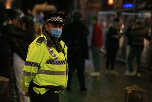 <p>La policía patrulla mientras los juerguistas disfrutan de una noche en el centro de Liverpool, noroeste de Inglaterra, el 10 de octubre de 2020, antes de que se introduzcan nuevas medidas en el noroeste la próxima semana para ayudar a detener la propagación del nuevo coronavirus. - Se espera que el primer ministro Boris Johnson describa el nuevo régimen el lunes a medida que aumentan las tasas de infección por Covid 19, particularmente en el norte, empeorando una cifra nacional de muertos de más de 42.000, que ya es la peor en Europa.</p>