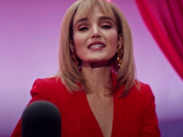 Chloe Fineman as Kim Cattrall on SNL