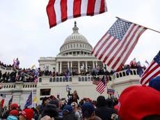 """Oficial del Capitolio dice que otros policías fueron golpeados con banderas de """"Blue Lives Matter"""""""