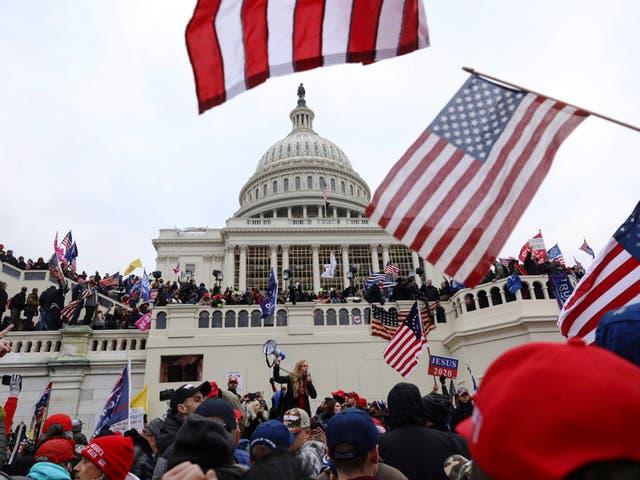 <p> Harry Dunn, dijo que los alborotadores pro-Trump le gritaron insultos raciales y golpearon a otros oficiales con banderas de Blue Lives Matter  </p>